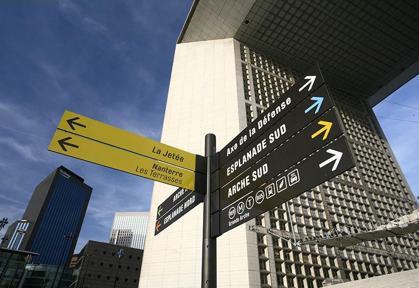 Signalétique sur-mesure de la défense à Paris